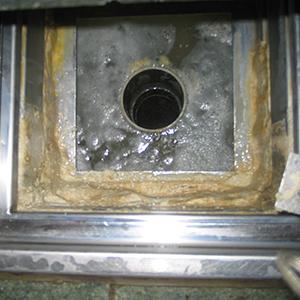 老人ホーム 浴室の排水口のエフロ除去
