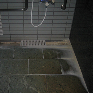 老人ホーム 浴室のエフロ除去