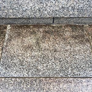 屋外のバーナー仕上げの石材床の洗浄