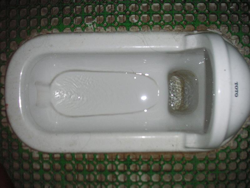 便器内に水垢の汚れが付着しています
